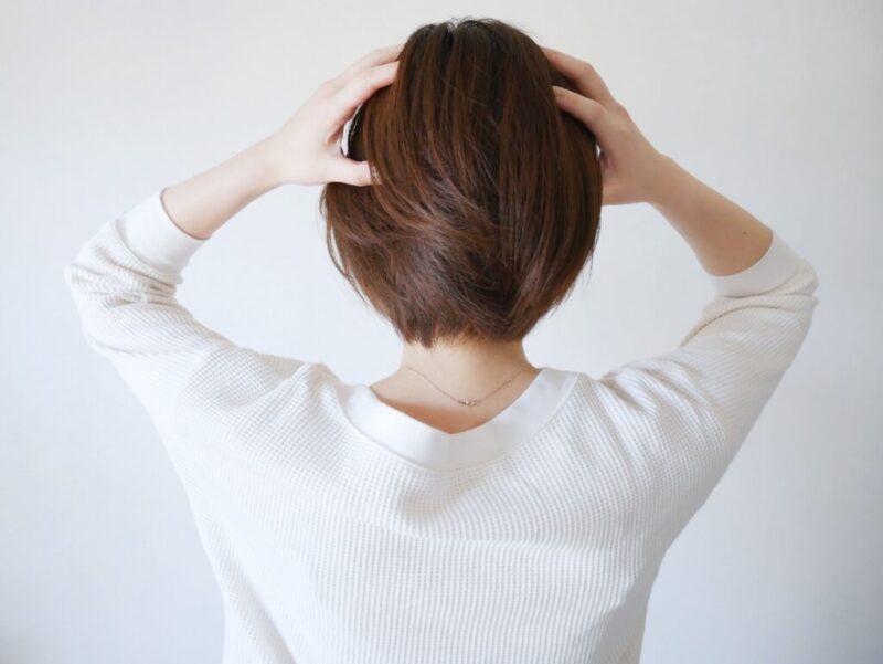 ひどい頭痛に悩む女性