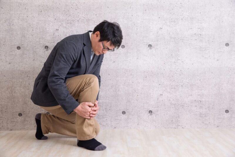 足が痺れる男性